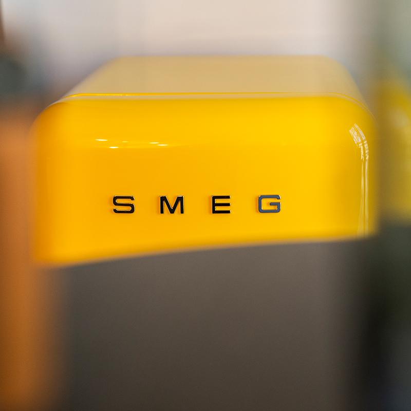 Nahaufnahme eines gelben Retro-Kühlschranks
