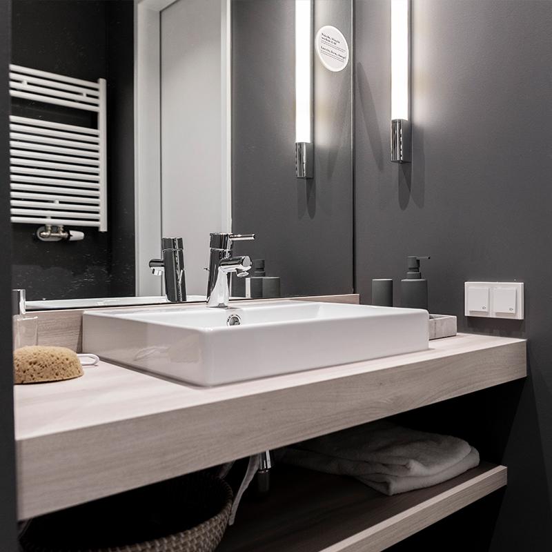 Ansicht des Spiegels und des Waschbeckens in einem JOYN Serviced Apartments Basic