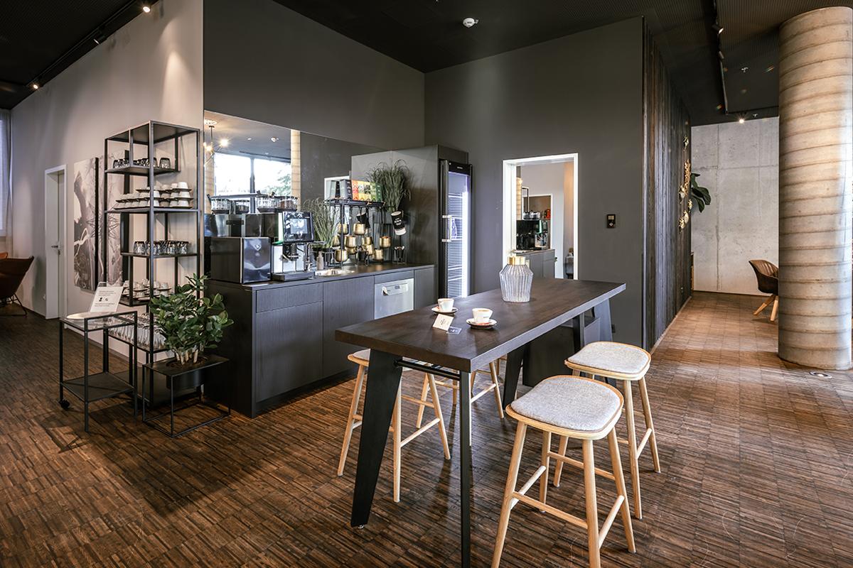 Annehmlichkeiten wie Kaffeemaschine, Kühlschrank und Sitzmöglichkeiten in einer JOYN Community-Area