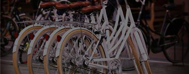 4 parkende Fahrräder an einem JOYN Serviced Apartments