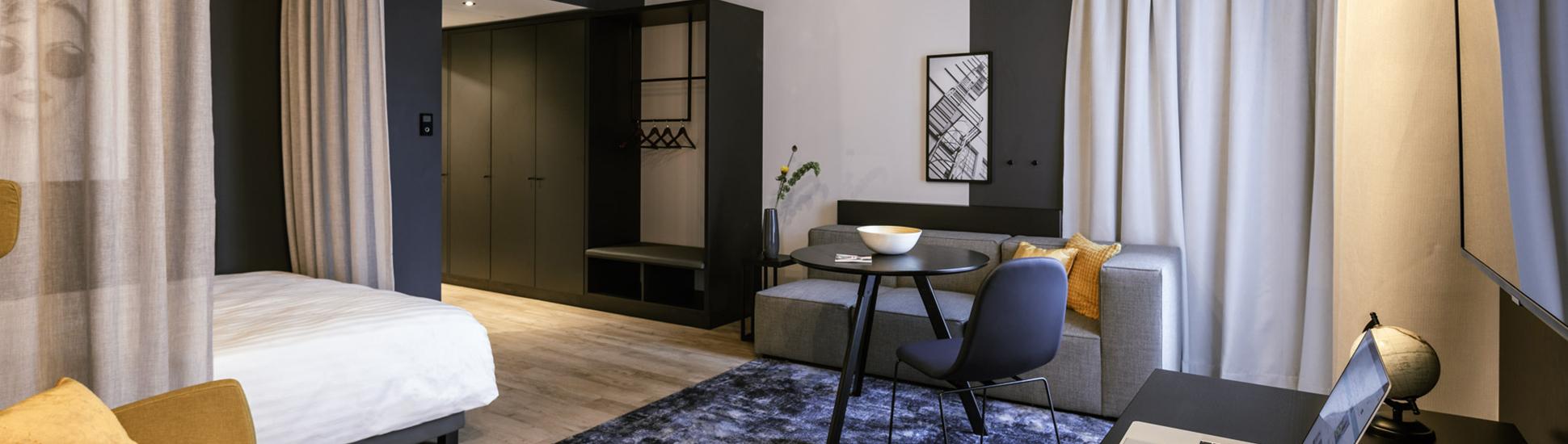 Komplette Zimmeransicht eines JOYN Serviced Apartments