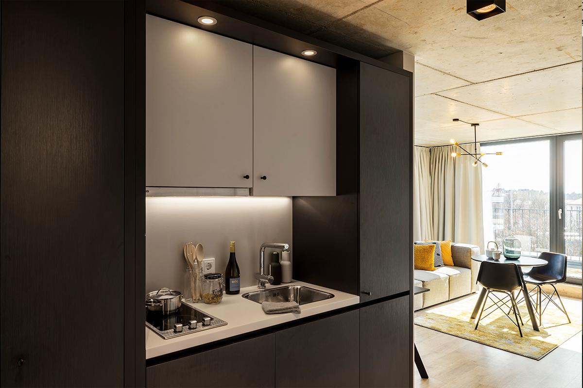 Kitchenette und Wohnbereich eines JOYN Serviced Apartments