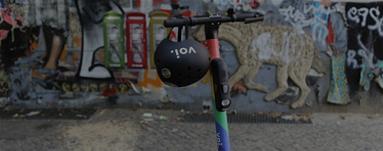 Ein parkender City-Scooter mit Helm