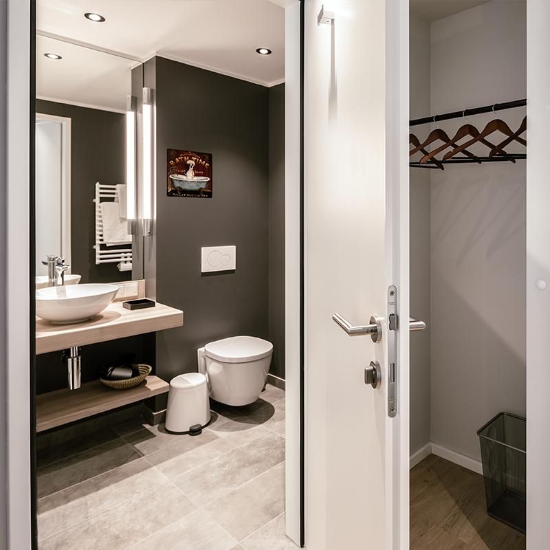 Blick durch die geöffnete Tür in ein Badezimmer eines JOYN Serviced Apartments Smart