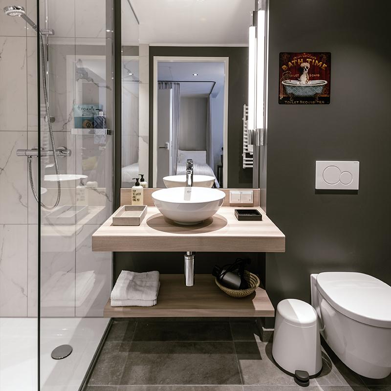 Helles Badezimmer eines JOYN Serviced Apartment Smart