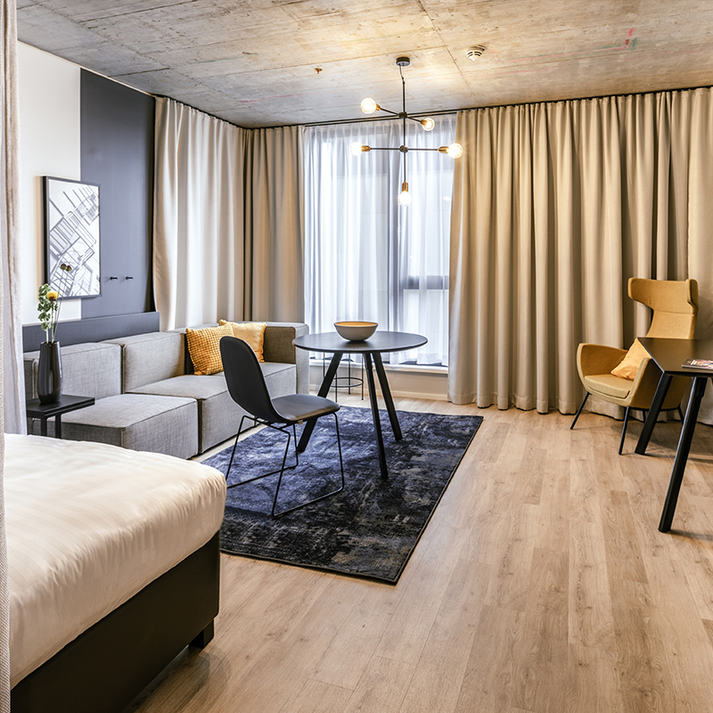 Moderner Wohnbereich in einem JOYN Serviced Apartment Smart Plus