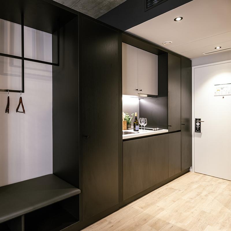 Eingangsbereich und kleine Kitchenette in einem JOYN Serviced Apartments Smart Plus