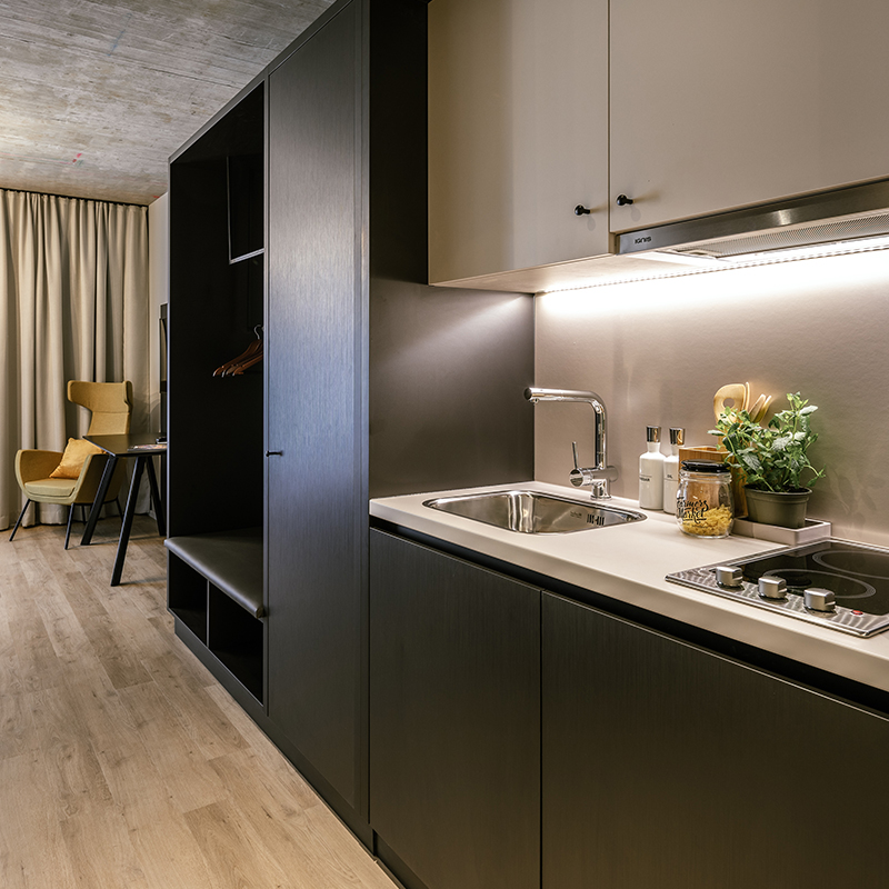 Kitchenette in einem JOYN Serviced Apartment Smart Plus
