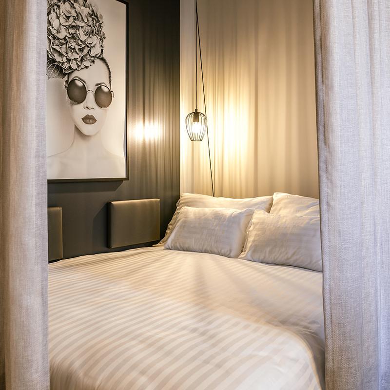 Nahaufnahme eines DoppelBetts in einem JOYN Serviced Apartment Smart Plus