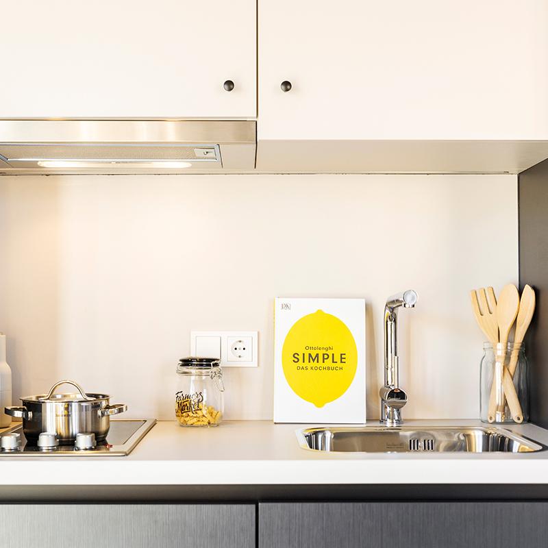 Kitchenette in einem JOYN Serviced Apartment Studio