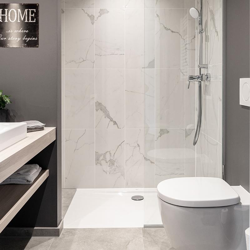 Helles Badezimmer eines JOYN Serviced Apartment Studio Plus
