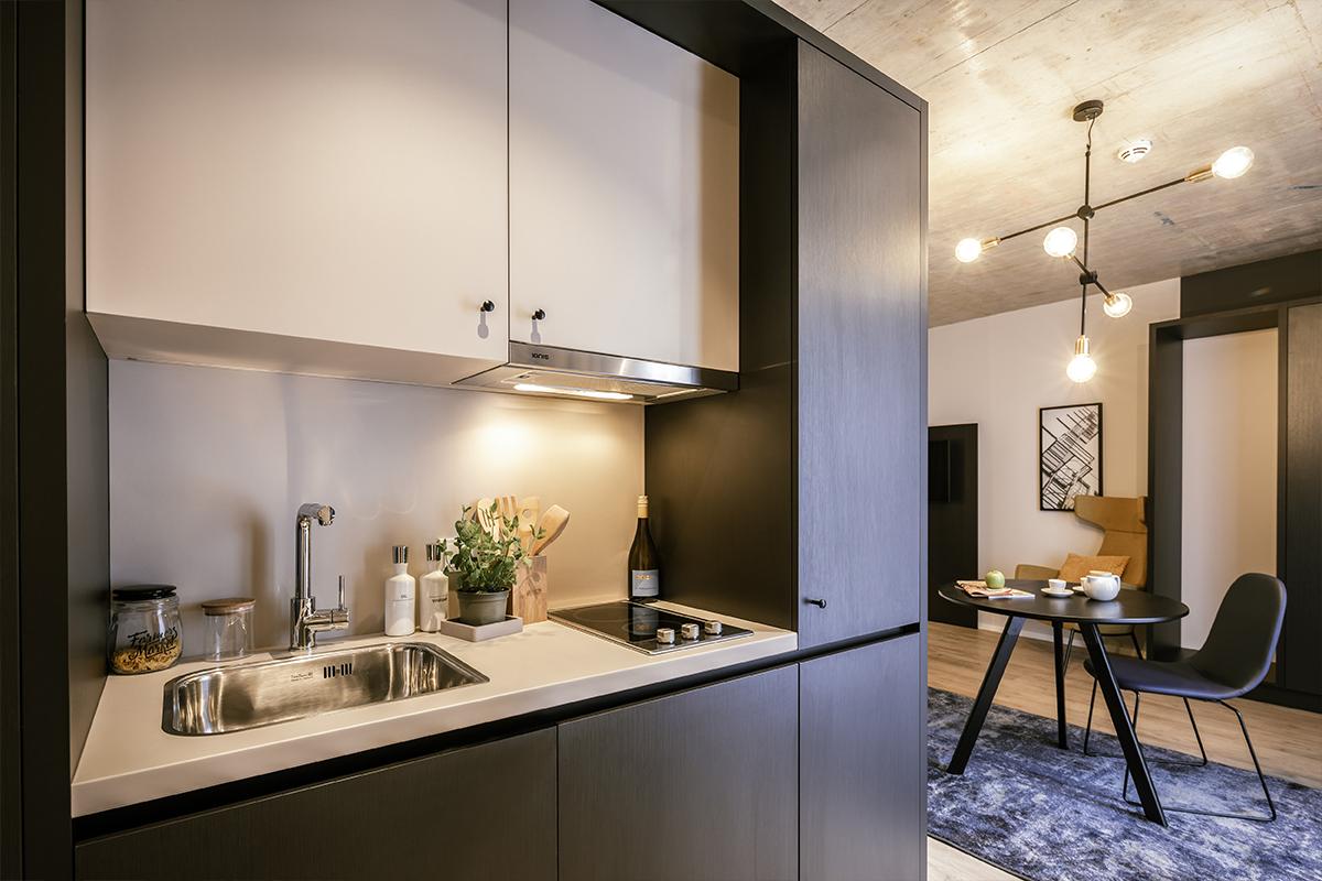 Küchenzeile in einem JOYN Serviced Apartment Wien