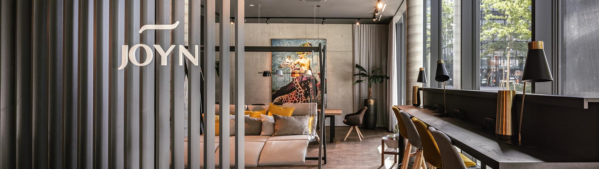 Sitzmöglichkeiten in der Community-Area des JOYN Serviced Apartments Wien