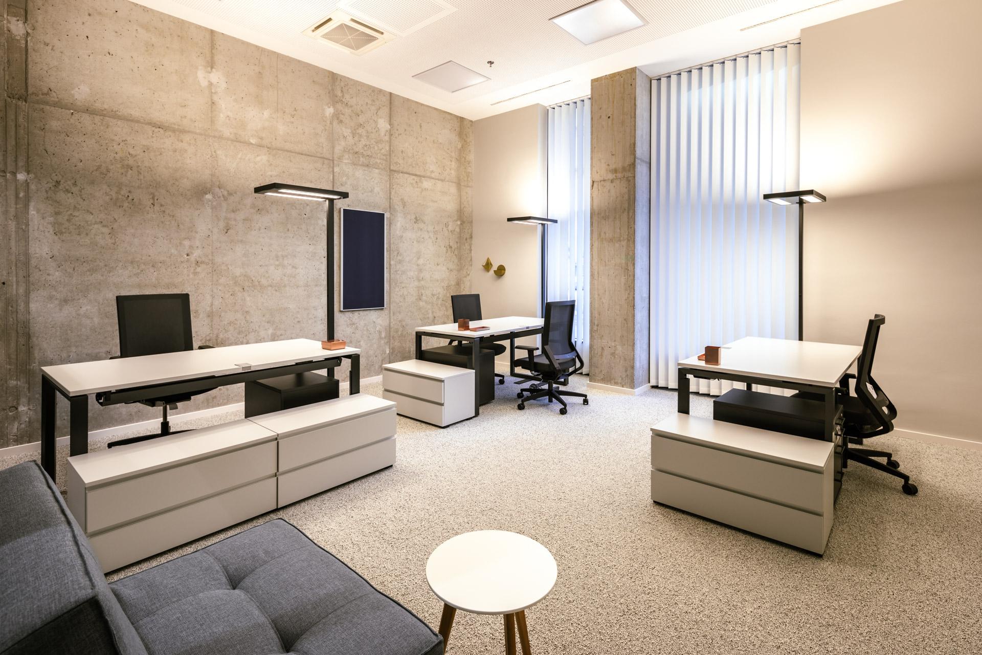 drei Schreibtische im New Working Space im JOYN Serviced Apartment Wien