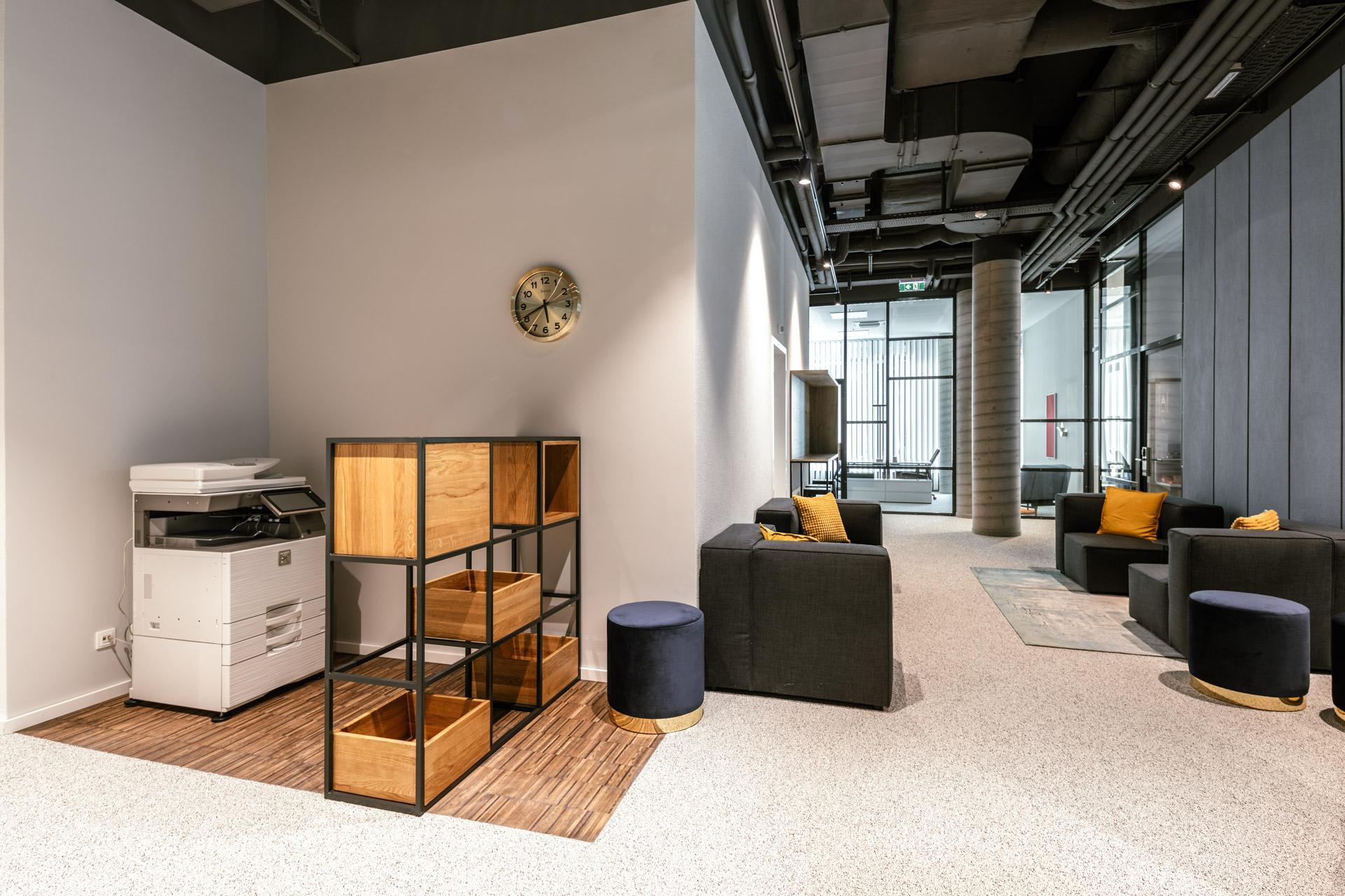 Kopierer und Sitzmöglichkeiten im New Working Space im JOYN Serviced Apartment Wien